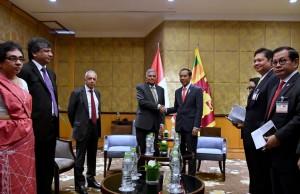 Presiden Jokowi didampingi sejumlah menteri menerima PM Sri Lanka, Ranil Wickremesinghe di Hotel Melia, Hanoi, Rabu (12/9) pagi. (Foto: BPMI Setpres)