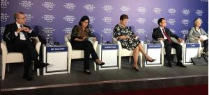 Menkeu Sri Mulyani bersama menteri dari sejumlah negara menyampaikan paparan kepada media pada World Economic Forum on ASEAN, di Hanoi, Vietnam, Rabu (12/9). (Foto: Facebook Sri Mulyani)