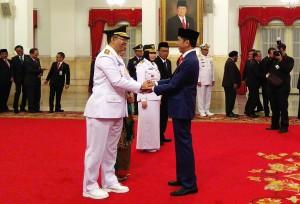Presiden Jokowi memberikan ucapan selamat kepada Zulkieflimansyah yang baru dilantiknya sebagai Gubernur NTB 2018-2023, di Istana Negara, Jakarta, Rabu (19/9) siang. (Foto: JAY/Humas)