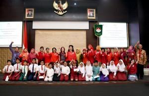 Penurus DWP Setkab beserta para pejabat yang hadir berfoto bersama penerima bantuan pendidikan, di aula Gedung III Kemensetneg, Jakarta, Jumat (7/9) pagi. (Foto: AGUNG/Humas)
