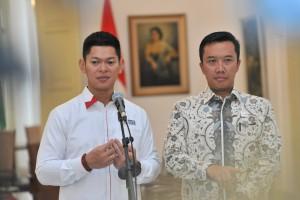 Ketua INAPGOC Raja Oktohari didampingi Menpora Imam Nahrawi menyampaikan keterangan pers, d Istana Kepresidenan, Jakarta, Jumat (7/9) siang. (Foto: JAY/Humas)