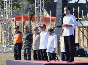 Presiden saat memberikan amanat pada apel NTB Bangun Kembali di Lapangan Bola Gunung Sari, Kecamatan Gunung Sari, Kabupaten Lombok Barat, Provinsi Nusa Tenggara Barat (NTB), Senin (3/9). (Foto: BPMI)