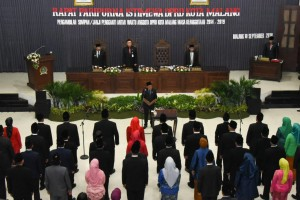 Mendagri Tjahjo Kumolo didampingi Gubernur Jatim menyampaikan pelantikan 40 anggota DPRD Kota Malang hasil PAW, di Gedung DPRD Kota Malang, Jatim, Senin (10/9) siang. (Foto: Puspen Kemendagri)