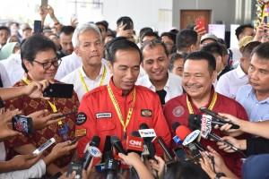 Presiden Jokowi menjawab wartawan usai menghadiri Reuni Akbar Kagama 2018, di Cendrawasih, JCC, Jakarta, Sabtu (22/9) siang. (Foto: JAY/Humas)