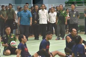 Ketua INAPGOC Raja Sapta Oktohari (paling kiri) mendampingi Presiden Jokowi meninjau atlet voli duduk, di Stadio GBK, Jakarta, Kamis (27/9) siang. (Foto: OJI/Humas)