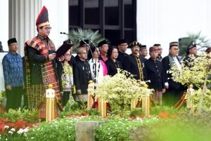 Seskab Pramono Anung meggunakan pakaian nasional saat menjadi Irup Peringatan HUT ke-73 Kemerdekaan RI, di lapangan parkir Kemensetneg, Jakarta, pada 17 Agustus 2018 lalu. (Foto: Rahmad/Humas)