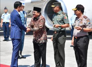 Presiden Jokowi disambut Gubernur Jatim Soekarwo saat tiba di Bandara Juanda, Surabaya, Kamis (6/9) pagi, untuk kunjungan kerja. (Foto: BPMI Setpres