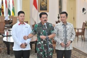 Panglima TNI Marsekal Hadi Tjahjanto didampingi Menpora dan Ketua INAPGOS menyampaikan keterangan pers, di Istana Bogor, Jabar, Jumat (7/9) siang. (Foto: JAY/Humas)