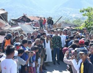 Presiden Jokowi meninjau sejumlah lokasi terdampak gempa bumi dan tsunami di Palu, Sulteng, Minggu (30/9) siang. (Foto: BPMI Setpres)