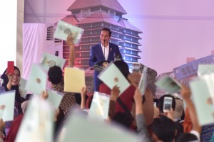 Presiden Jokowi menghitung sertifikat yang ditunjukkan masyarakat dalam acara Penyerahan 4000 Sertifikat Tanah untuk Rakyat di Lapangan Pemancar RRI, Cimanggis, Kelurahan Cisalak, Kota Depok, Jawa Barat, Kamis (27/9) siang. (Foto: OJI/Humas)