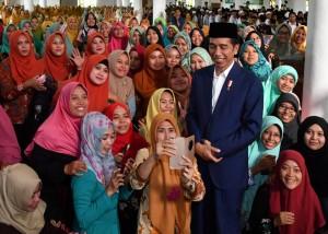 Presiden saat bersilaturahmi dengan para tokoh ulama dan santri di Ponpes Amanatul Ummah di Kabupaten Mojokerto, Jawa Timur, Kamis (6/9). (Foto: BPMI)