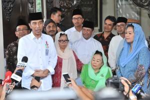 Presiden Jokowi bersama Ibu Sinta Nuriya memberikan keterangan pers seusai silaturahmi, di Ciganjur, Jakarta, Jumat (7/9) sore. (Foto: JAY/Humas)