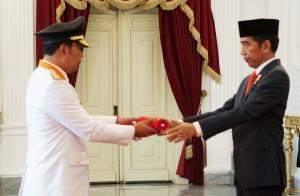 Presiden Jokowi menyerahkan petikan Keppres kepada Gubernur Jabar Ridwan Kamil, di Istana Merdeka, Jakarta, Rabu (5/9) pagi. (Foto: NIA/Humas)