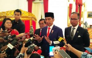 Presiden Jokowi menjawab pertanyaan wartawan usai melantik Gubernur-Wakil Gubernur NTB periode 2018-2023, di Istana Merdeka, Jakarta, Rabu (19/9) siang. (Foto: JAY/Humas)