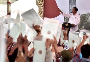 Presiden Jokowi dalam acara penyerahan sertifikat hak atas tanah untuk warga Kabupaten Grobogan dan sekitarnya, Sabtu (15/9). (Foto: BPMI)