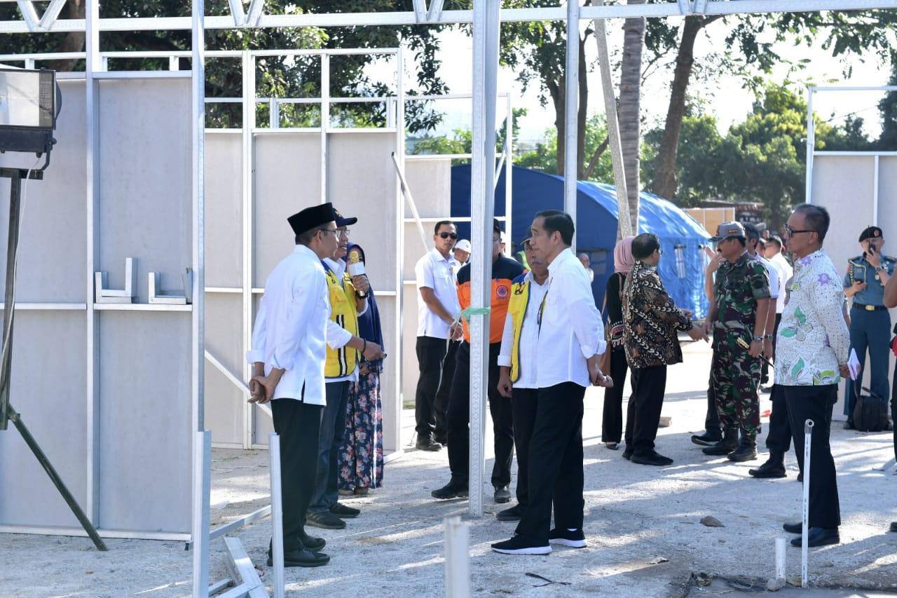 presiden-serahkan-langsung-bantuan-untuk-korban-terdampak-gempa-di-ntb-13