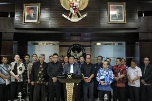 Menko Polhukam Wiranto didampingi sejumlah pejabat menyampaikan keterangan pers usai rapat koordinasi penanganan gempa Palu, di kantor Kemenko Polhukam, Jakarta, Sabtu (29/9) dinihari. (Foto: Humas Kemenko Polhukam)