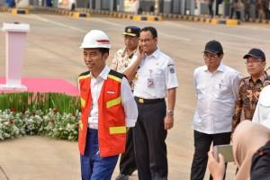 Presiden Jokowi didampingi sejumlah menteri dan Gubernur DKI meninjau jalan tol Depok-Antasari Seksi 1, di Gerbang Tol Cilandak Utama, Jakarta Selatan, Kamis (27/9) sore. (Foto: JAY/Humas)