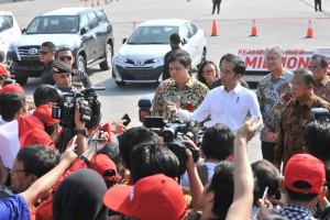 Presiden Jokowi menjawab soal pelemahan rupiah usai melepas ekspor Toyota, di Pelabuhan Tanjung Priok, Jakarta, Rabu (5/9) pagi. (Foto: JAY/Humas)