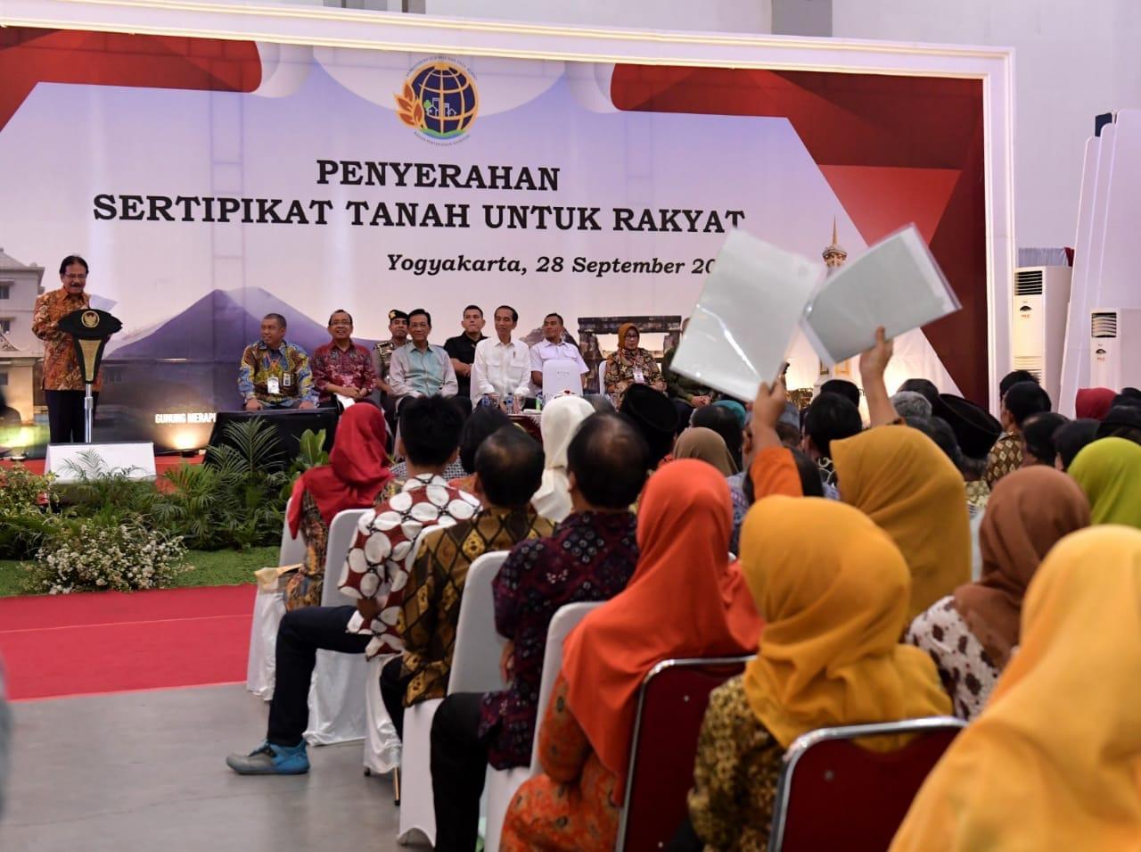 serahkan-sertifikat-di-yogyakarta-presiden-jokowi-tugas-bpn-itu-cepat-melayani-rakyat-10