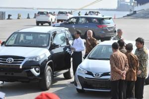 Presiden Jokowi meliht mobil-mobil CBU yang diekspor Toyota ke manca negara, di Pelabuhan Tanjung Priok, Jakarta, Rabu (5/9) pagi. (Foto: JAY/Hums)