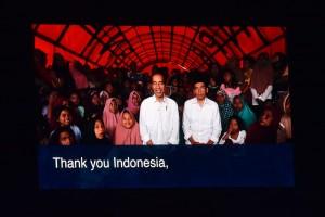 Presiden Jokowi saat menyaksikan Closing Ceremony Asian Games XVIII, dari sebuah tenda tempat dirinya nonton bareng warga, di Lombok Utara, Nusa Tenggara Barat (NTB), Minggu (2/9). (Foto: Humas/Oji).