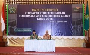 Irjen Kemenag Nurkholis Setiawan (kiri) saat memberikan paparan pada Rakor Penerimaan ASN, di kantor Kemenag, Jakarta, Rabu (12/9). (Foto: Humas Kemenag)