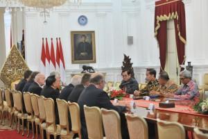 Presiden Jokowi didampingi sejumlah menteri menerima delegasi Senat Republik Ceko, di Istana Merdeka, Jakarta, Senin (17/9) pagi. (Foto: JAY/Humas)