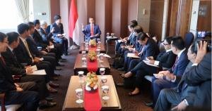 Presiden Jokowi didampingi sejumlah menteri menerima pimpinan perusahaan CJ Group Lee Jae-hyun, di Hotel Lotte, Seoul, Korsel, Senin (10/9) pagi. (Foto: Antara)