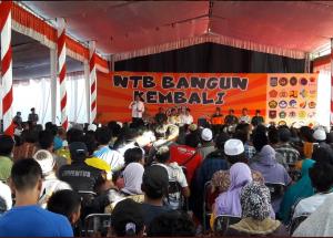 Presiden Jokowi memberikan sambutan pada acara penyerahan bantuan untuk renovasi rumah korban gempa, di Kec. Pemenang, Lombok Utara, NTB. (Foto: Setpres)