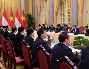 Presiden Jokowi dan Presiden Vietnam bersama delegasi kedua negara melakukan pertemuan di Istana Kepresidenan Vietnam. (Foto: BPMI)