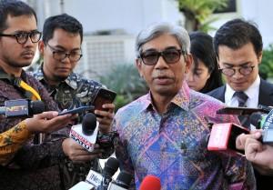 Wakil Menli AM. Fachir menjawab wartawan usai mendampingi Presiden Jokowi menerima delegasi Senat Ceko, di Istana Merdeka, Jakarta, Senin (17/9) pagi. (Foto: JAY/Humas)