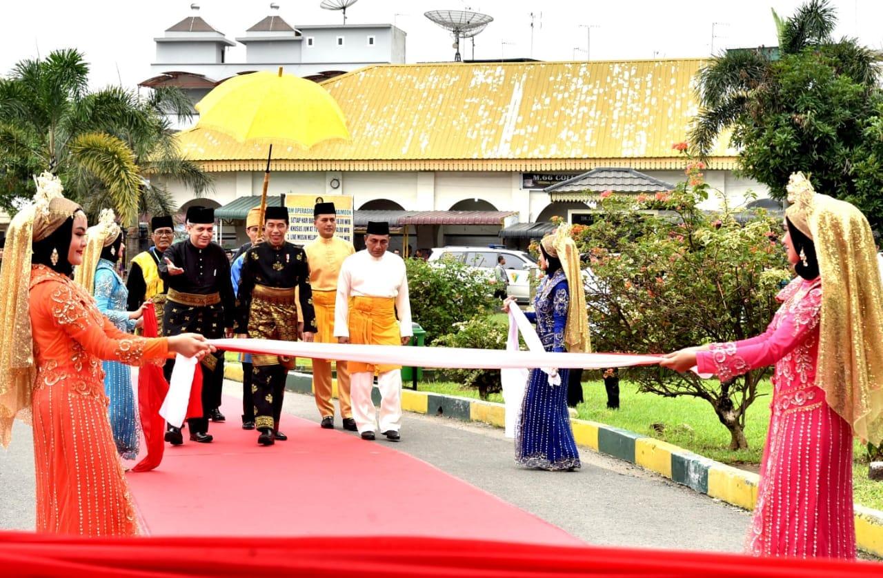 presiden-jokowi-dianugerahi-gelar-adat-oleh-kesultanan-deli-5