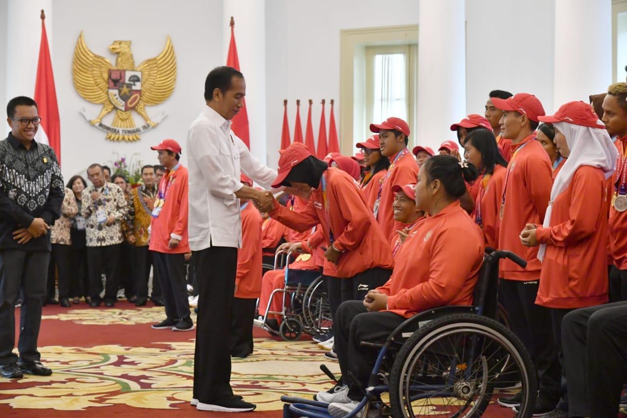 presiden-berikan-bonus-dan-silaturahmi-dengan-atlet-asian-para-games-di-istana-bogor-35