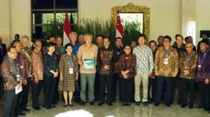 Presiden Jokowi dan PM Singapura Lee Hsien Loong berfoto bersama delegasi kedua negara dalam Annual Leaders Retreat, di Resort Laguna, Nusa Dua, Bali, Kamis (11/10) siang. (Foto: Anggun/Humas)