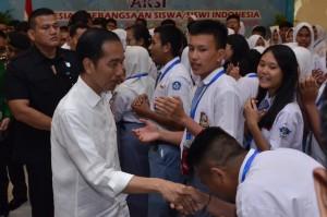Presiden Jokowi menyalami para pelajar yang menghadiri Apresiasi Kebangsaan Siswa Indonesia, di Bogor, Jabar, Rabu (10/10) pagi. (Foto: OJI/Humas)