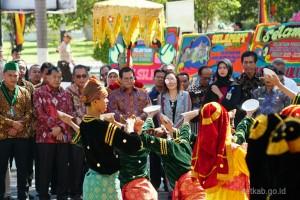 Kehadiran Seskab Pramono Anung disambut dengan tarian adat saat tiba di Universitas Negeri Padang, Padang, Sumatera Barat, Sabtu (20/10) siang. (Foto: Dindha M/Humas)