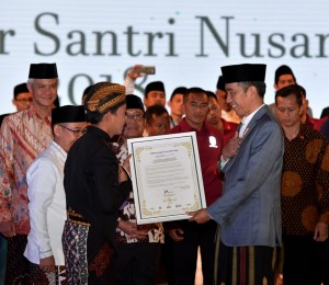 Presiden Jokowi menerima naskah Ikrar Santri Nusantara saat menghadiri Apel Akbar Santri Nusantara, di Benteng Vastenburg, Kota Surakarta, Sabtu (20/10). (Foto: BPMI Setpres)