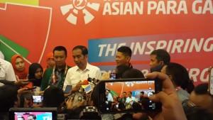 Presiden Jokowi didampingi Menpora dan Ketua INAPGOC menjawab wartawan usai menyaksikan cabang angkat berat Asian Para Games 2018, di Balai Sudirman, Jakarta, Rabu (10/10) siang. (Foto: NIA/Humas)