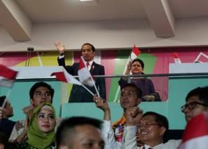 Presiden Jokowi dan Ibu Negara Iriana memberikan dukungan semangat bagi atlet-atlet Indonesia pada defile peserta pembukaan Asian Para Games 2018, di Stadion Utama GBK, Jakarta, Sabtu (6/10) malam. (Foto: Agung/Humas)