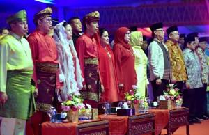 Presiden Jokowi didampingi Ibu Negara Iriana Joko Widodo menghadiri Pembukaan MTQ Nasional XXVII, di Kota Medan, Sumut, Minggu (7/10) malam. (Foto: Rahmat/Humas)