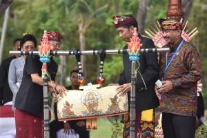 Presiden Jokowi didampingi Menteri Pariwisata dan Gubernur Bali membuka Karnaval Budaya Bali, di BNDCC, Nusa Dua, Bali, Jumat (12/10) sore. (Foto: JAY/Humas)