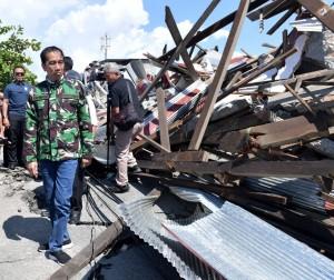 Presiden Jokowi saat meninjau lokasi gempa bumi dan tsunami di kota Palu, Sulawesi Tengah, Minggu (30/9) lalu. (Foto: BPMI Setpres)