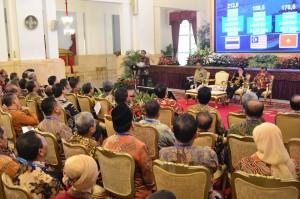 Presiden Jokowi memberikan arahan kepada para pejabat eselon I dan II PTN dan Kemristekdikti, di Istana Negara, Jakarta, Rabu (10/10) siang. (Foto: Deny S/Humas)