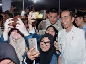 Presiden berfoto bersama usai menyerahkan di halaman luar Bandar Udara Internasional Zainuddin Abdul Madjid, Kabupaten Lombok Tengah, Kamis (18/10). (Foto: BPMI)
