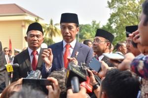 Presiden Jokowi menjawab wartawan di Monumen Pancasila Sakti, Lubang Buaya, Jakarta, Senin (1/10) pagi. (Foto: JAY/Humas)