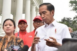 Presiden Jokowi menjawab pertanyaan wartawan wartawan usai menyerahkan bonus kepada para atlet peraih medali Asian Para Games 2018, di Istana Kepresidenan Bogor, Jabar, Sabtu (13/10). (Foto: Humas/Oji)