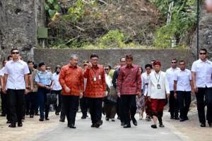 Mendagri Tjahjo Kumolo menyambut kedatangan Presiden Jokowi, di Kab. Badung, Bali, Jumat (19/10) siang. (Foto: Puspen Kemendagri)