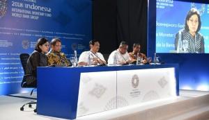 Menkeu Sri Mulyani bersama sejumlah pejabat menyampaikan keterangan pers di BICC, Nusa Dua, Bali, Senin (8/10) siang. (Foto: Humas Kemenkeu)