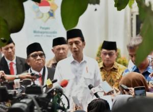 Presiden Jokowi menjawab wartawan usai membuka Rakernas LDII, di Pondok Pesantren Minhajurrosyidin, Pondok Gede, Jakarta Timur, Rabu (10/10) siang. (Foto: Rahmat/Humas)